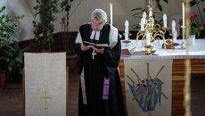 Пастор общины Святого Павла во Владивостоке  проводит Рождественскую службу. Архивное фото.