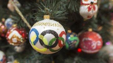 Елочное украшение с символикой Олимпийских игр. Архивное фото