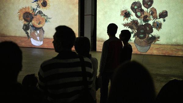 Посетители на выставке Ван Гог. Ожившие полотна. Архивное фото