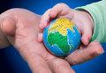 Ребенок берет в руку глобус