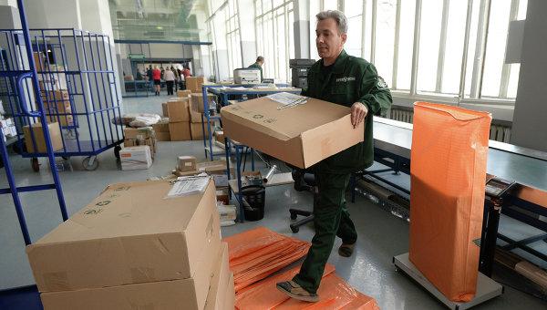 Сотрудник аэропорта Внуково в зоне таможенного контроля. Архивное фото