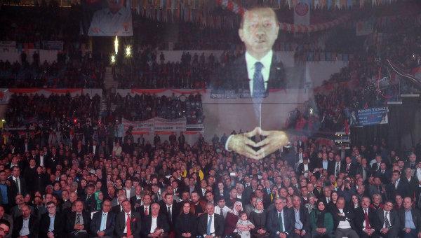 Премьер Турции выступил перед сторонниками в виде огромной 3D-голограммы, фото с места события