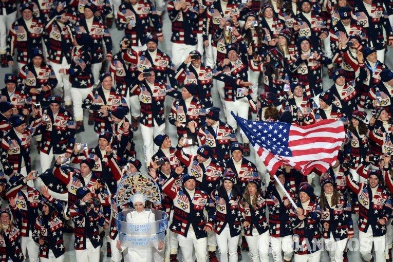 Представители США вышли в костюмах, созданных знаменитым дизайнером Ральфом Лореном. Их делегация – одна из самых многочисленных на Олимпиаде в Сочи.