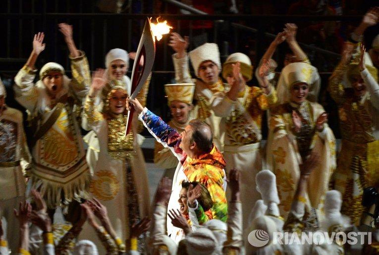 Олимпийский огонь зажгли рука об руку Владислав Третьяк и Ирина Роднина от факела, побывавшего в космосе.