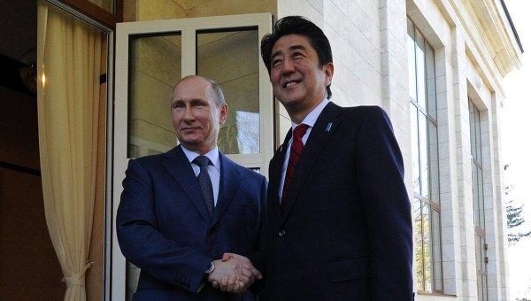 Президент России Владимир Путин и премьер-министр Японии Синдзо Абэ. Архивное фото
