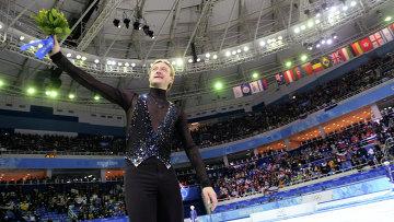 Евгений Плющенко (Россия), завоевавший золотую медаль в командных соревнованиях по фигурному катанию