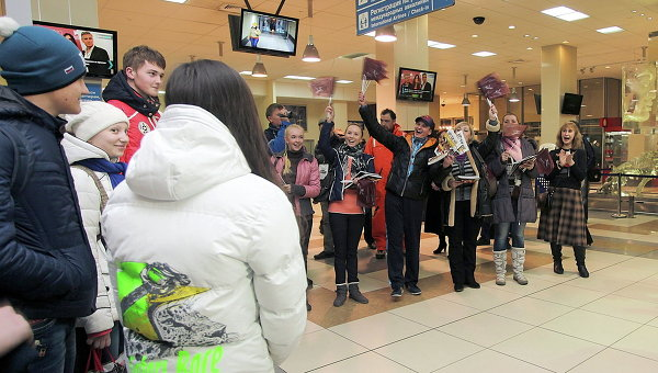 Участники детского оркестра Бис Band из города Карасук Новосибирской области машут флажками. Событийное фото.