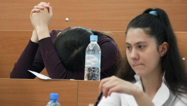 Абитуриенты во время вступительных экзаменов, архивное фото