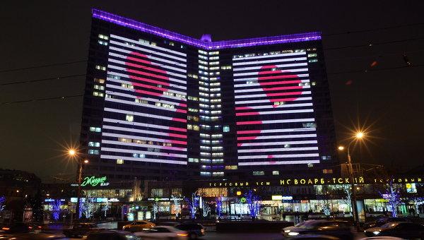 Подсветка в форме сердец на домах на Новом Арбате