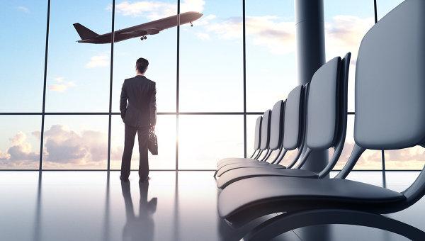 Мужчина наблюдает за взлетающим самолетом. Архивное фото
