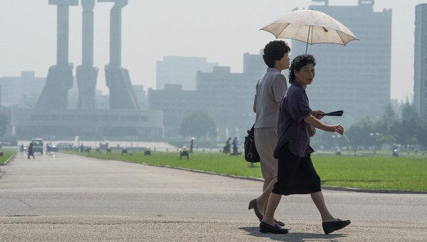 Жительницы Пхеньяна в центре города. Архивное фото