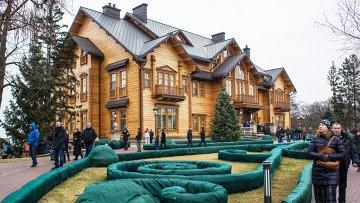 Люди гуляют по территории оставленной резиденции президента Украины Виктора Януковича Межигорье. Архивное фото