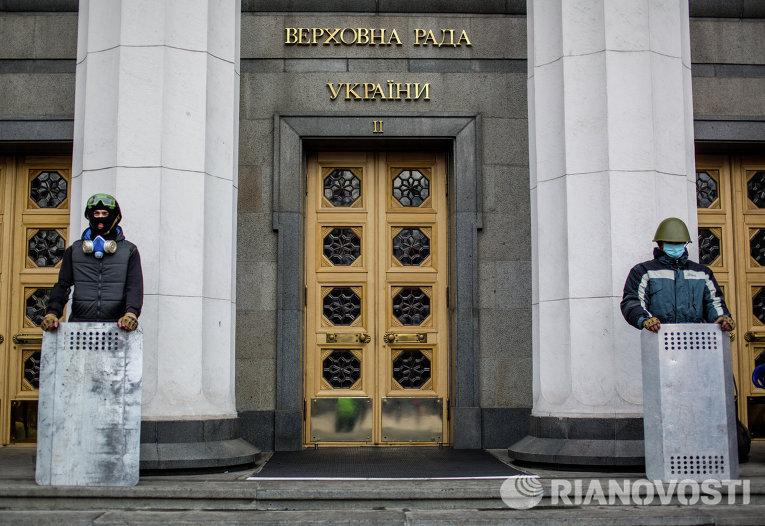 Сторонники оппозиции охраняют вход в здание Верховной Рады Украины в Киеве