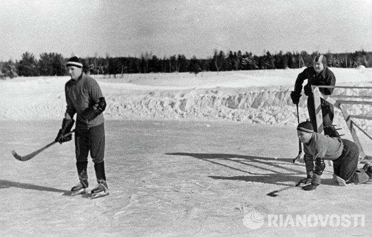 Юрий Гагарин, Алексей Леонов и Павел Попович во время игры в хоккей