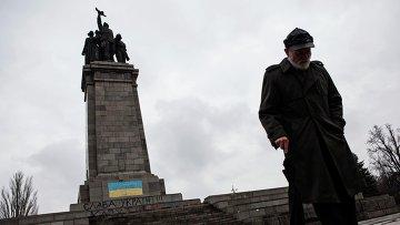Памятник Советской армии в центре Софии, разрисованный в сине-желтые цвета украинского флага