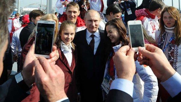 Президент России Владимир Путин во время церемонии фотографирования с российскими призерами XXII зимних Олимпийских игр в Сочи. 24 февраля 2014