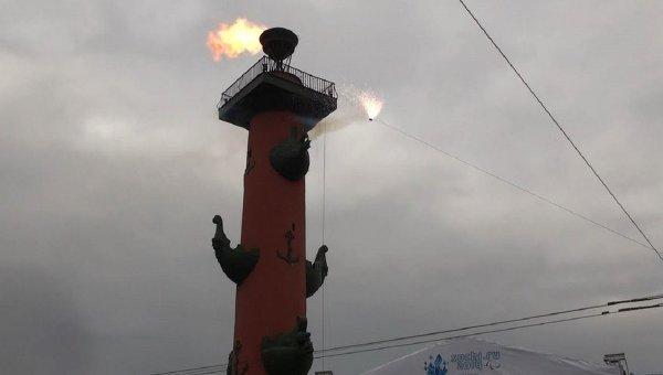 Огонь Паралимпийских игр зажгли от Ростральных колонн в Петербурге