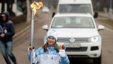 Российская фигуристка, Олимпийская чемпионка 2014 года в командных соревнованиях Юлия Липницкая во время эстафеты Паралимпийского огня в Москве
