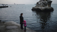 Женщина с ребенком на набережной Севастополя. Архивное фото