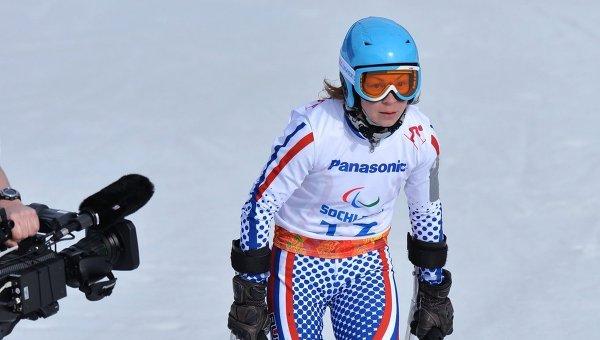 Инга Медведева (Россия) на финише скоростного спуска в классе LW 2-9 (стоя) на соревнованиях по горнолыжному спорту среди женщин на XI Паралимпийских зимних играх в Сочи.