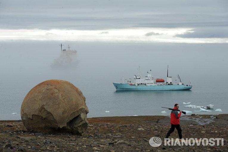 Сотрудник охраны Национального Парка Русская Арктика на острове Чампа