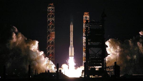 Пуск ракеты-носителя Протон-М со спутниками связи серии Экспресс с космодрома Байконур. Архивное фото