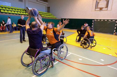 Участники соревнований по стритболу на колясках