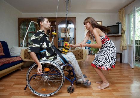 Инвалид из Воронежа Дмитрий Бибиков сконструировал подьемник, позволяющий ему спускаться на улицу с пятого этажа своего дома
