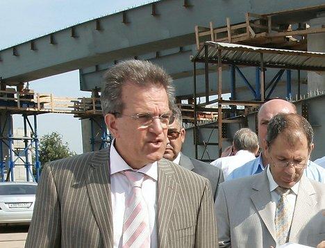Мэр Ростова-на-Дону Михаил Чернышев во время посещения строительства нового автомобильного моста через реку Дон