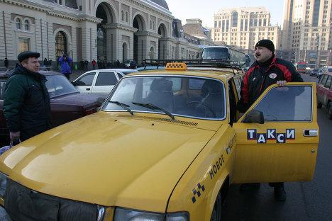Жёлтое такси у Павелецкого вокзала в Москве