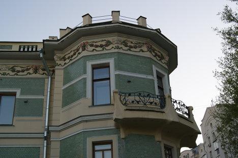 Рюмин переулок, прилегающий к Верхней Радищевской: особняк Беляева. балкон с оградой Ирисы и детали отделки дома