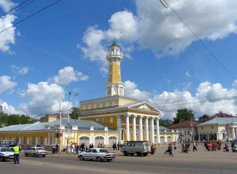 Пожарная каланча на площади в Костроме