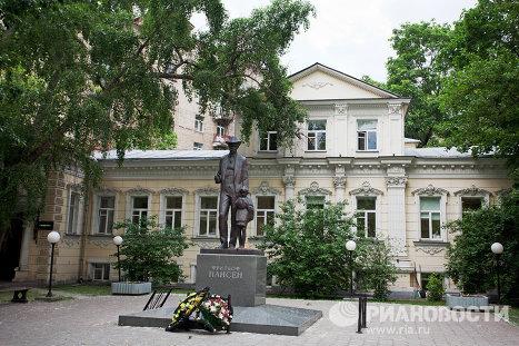 Дворик перед московским отделением Красного креста