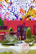 Новый взгляд на новогодний декор: цветы, павлины и конфеты