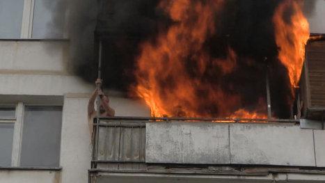 Пожарные, рискуя жизнь, спасли мужчину из горящей квартиры на востоке Москвы