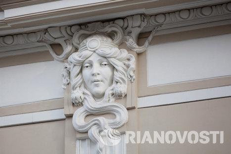 Улица Тверская, дом 12, тройные маски на колоннах.