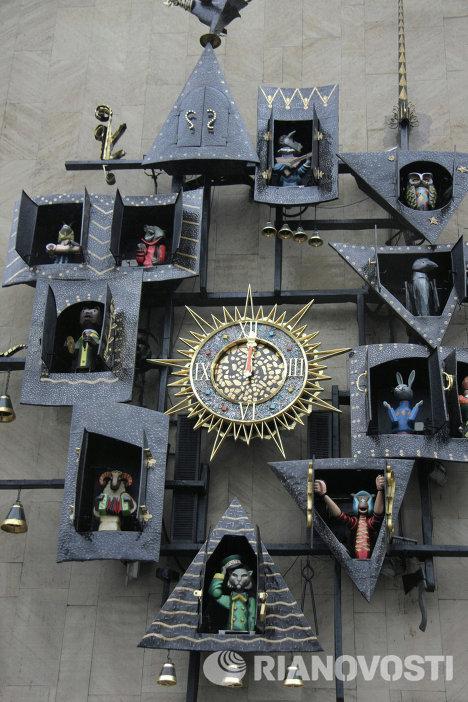Часы на фасаде Театра кукол имени Образцова