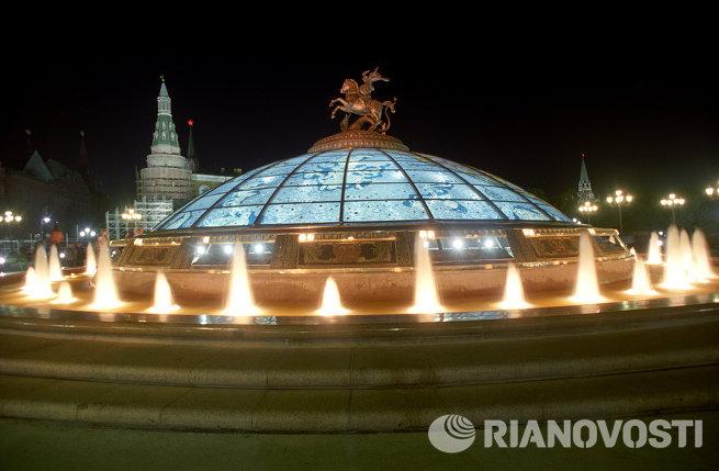 Главный фонтан Часы мира комплекса Охотный ряд на Манежной площади