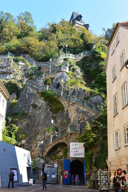 Лестница к башне Шлоссберг в австрийском городке Грацце