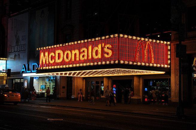Вход в нью-йоркский Макдоналдс