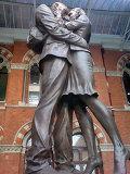 Прощание влюбленных на вокзале Сент-Панкрас в Лондоне