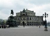 Театральная площадь и памятник перед оперным театром