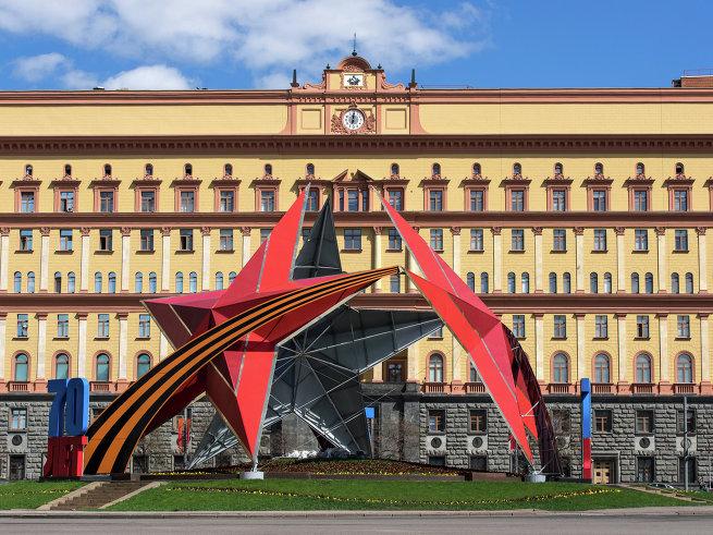Праздничная декоративная композиция из пятиконечных звезд на Лубянской площади.