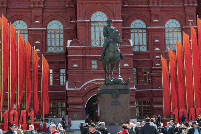 Ряд знамен на Манежной площади возле памятника маршалу Жукову.