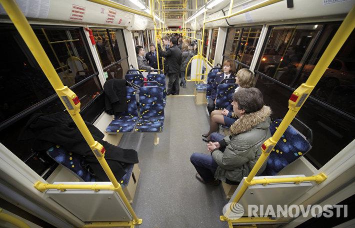 Пассажиры едут в низкопольном трамвае