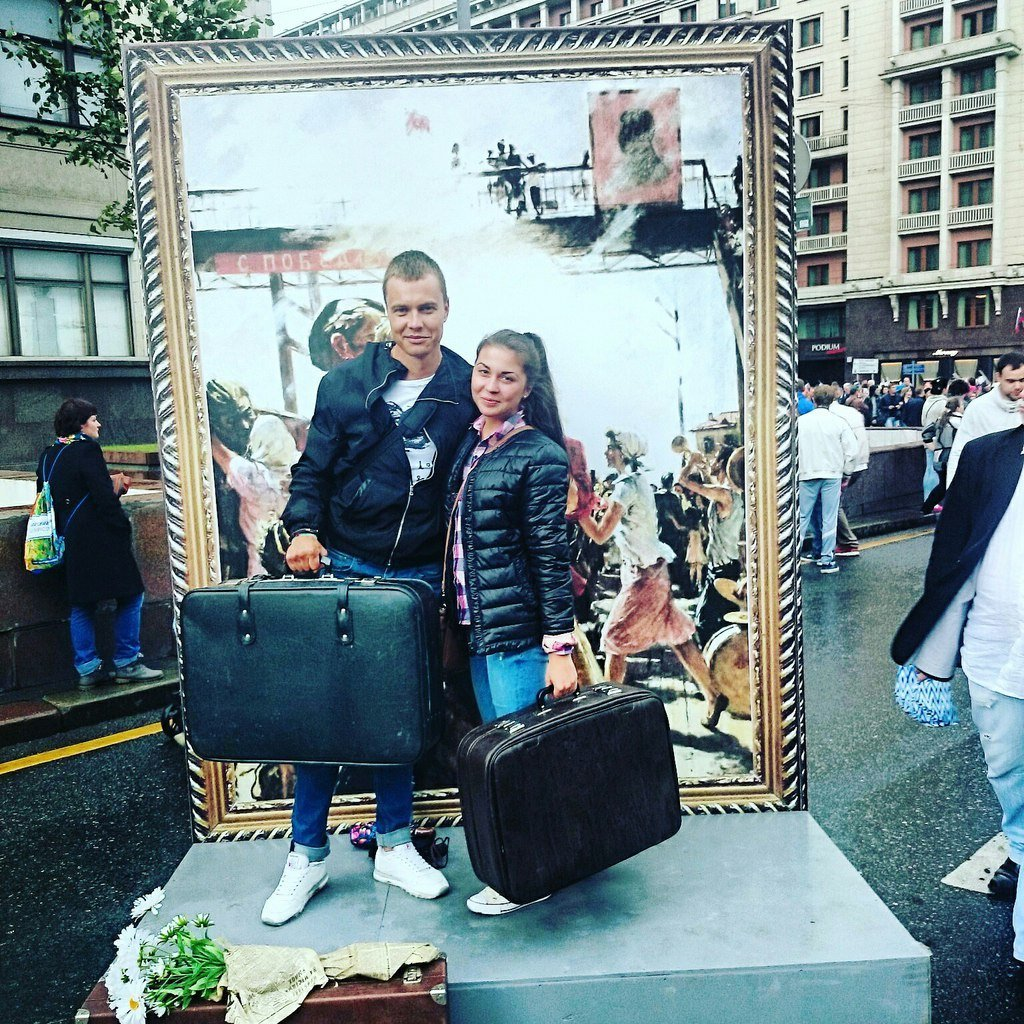 Студентка Татьяна с другом Юрием на фоне тематического стенда