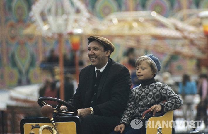 Юрий Владимирович Никулин в парке Горького в выходной день (1972 год)