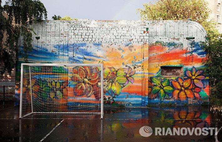 Граффити на спортивной площадке рядом с метро Новокузнецкая