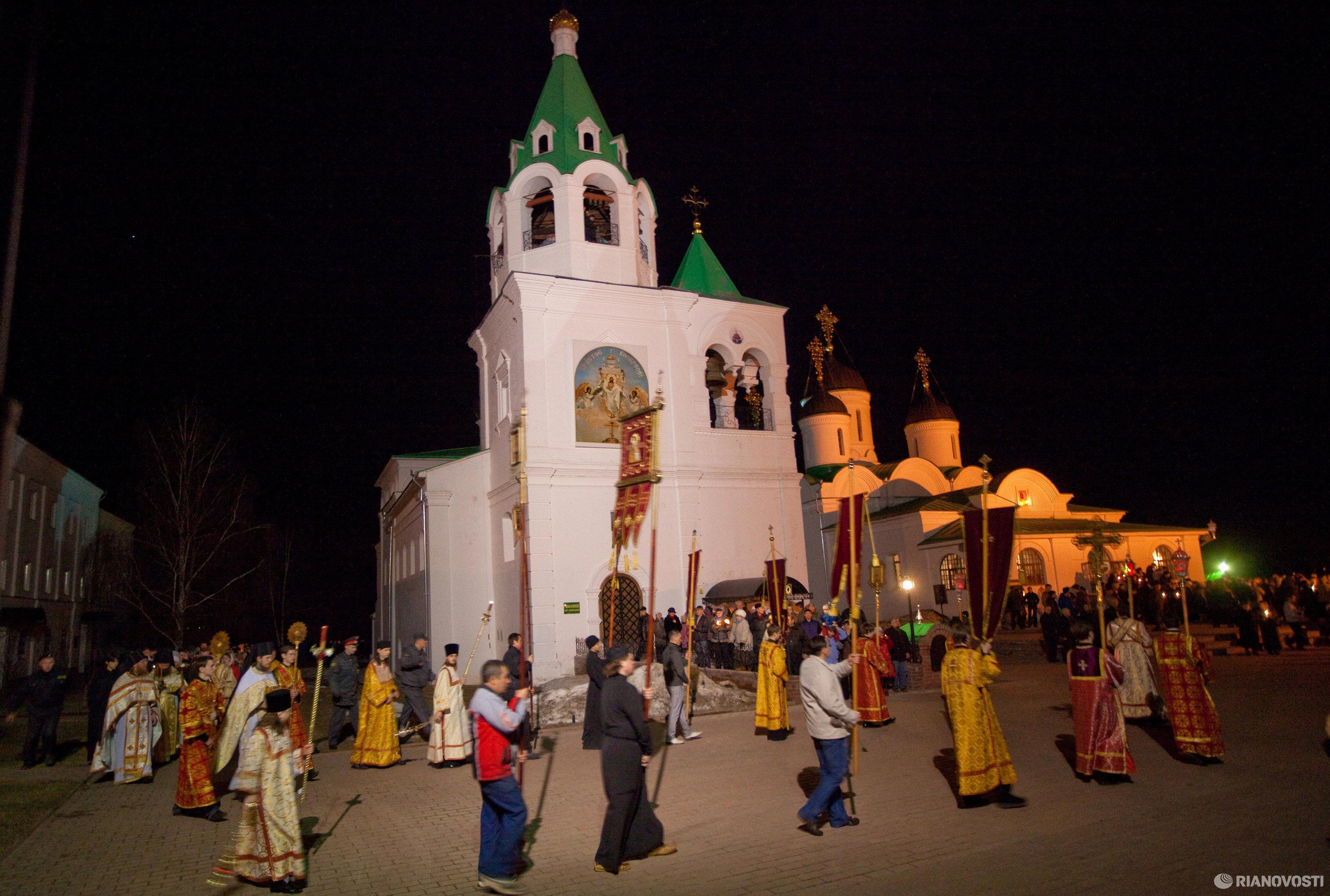 Крестный ход во время пасхального богослужения в Спасо-Преображенском мужском монастыре