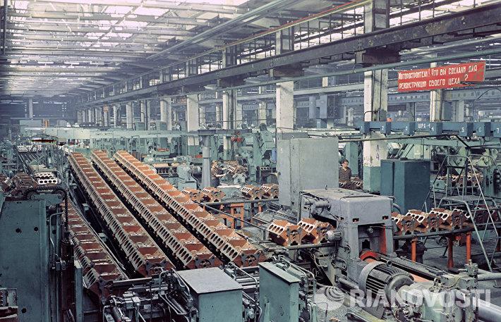 В одном из цехов Московского автомобильного завода имени Лихачева